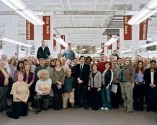 'Final Staff Photograph in Elverson Building Newsroom, Before the Move, 4:07 pm, 2012'. Foto: Will Steacy