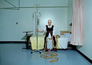 Rapunzel in een ziekenhuis. Foto: Dina Goldstein