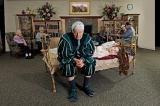 Doornroosje, nog steeds in slaap, in een bejaardentehuis. Foto: Dina Goldstein