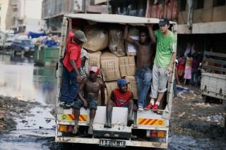 Een Chinese zakenman transporteert goederen die zijn geïmporteerd uit China naar de markt in Luanda, een stad in Angola. Foto: Per-Anders Pettersson/Getty Images