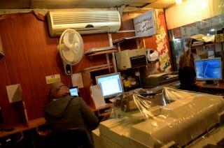 Een internetcafé in Teheran. Facebook en Twitter zijn er geblokkeerd. Foto: Shiva