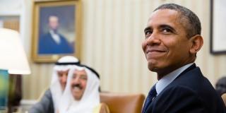 Film still. President Barack Obama (Denzel Washington) is zo verliefd dat hij zich niet langer op zijn werk kan focussen.