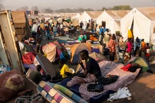 'Hun kleren zijn vaak vuil en vol gaten. Het is het enige wat ze hebben kunnen meenemen op hun vlucht. De paar wegen die door het kamp lopen, zijn als een drukke winkelstraat op zaterdagmiddag.' Foto: Adriane Ohanesian
