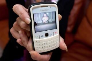 Jacqueline toont een foto van de urn, die bij broer Richard thuis staat, met daarin de as van Aaltje Geis. Foto: Martijn van de Griendt