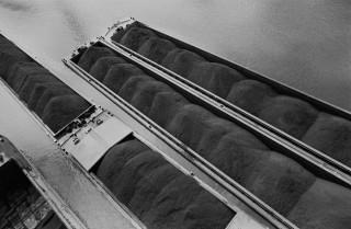 In de Waalhaven bij energiecentrale Electrabel (voorheen EPON) liggen schepen beladen met kolengruis klaar om te worden gelost. Kolen dienen als brandstof voor de electriciteitscentrale (1992). Foto Ger Loeffen/Hollandse Hoogte