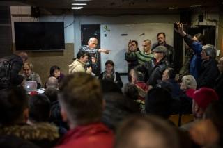 Honderden activisten nemen deel aan een zogenoemde 'plenen' in Sarajevo, dit zijn volksvergaderingen met als doel democratie te ontwikkelen, demonstraties beter te organiseren en eisen te formuleren. Foto: Jodi Hilton