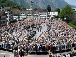 2006: De Landsgemeinde (Volksvergadering) in Glarus vindt nog altijd plaats op het plein. Foto: Wikipedia