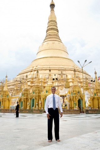 'President Barack Obama stands barefoot in front of the Shwedagon Pagoda in Rangoon, Burma, Nov. 19, 2012. All visitors must remove their shoes while touring the pagoda.' Foto: Pete Souza/the White House