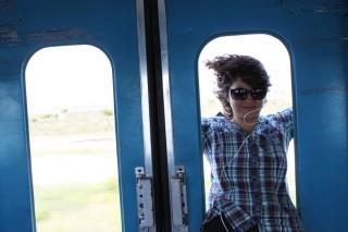 Selwa (21) in de trein. Foto: Monique Samuel