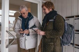 Els Snick in gesprek met de buurman van de heer Samyn in het appartement naast Oostendse Wondermatrassen. Foto: Illias Teirlinck