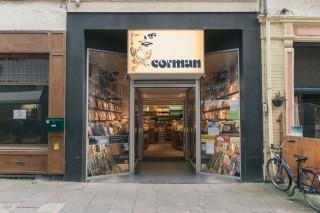 De huidige ingang van boekhandel Corman, waar Roth de andere in Oostende verblijvende exil-auteurs ontmoette. Foto: Illias Teirlinck