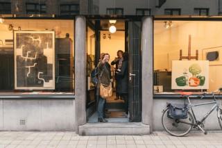 Els Snick en Marc Loy in gesprek met galeriehouder Tom Gerits. Rechts de herenfiets van Loy. Foto: Illias Teirlinck