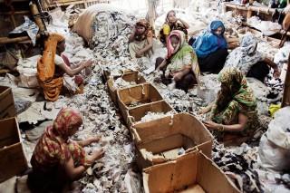 Werkneemsters sorteren textielresten. Foto: Pieter van den Boogert