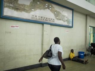 Op het station van Dar es Salaam hangt een overzichtskaart van de spoorlijn. Foto: Sean van der Steen