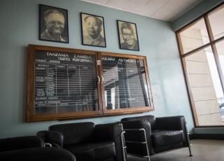 Mao Zedong hangt, geflankeerd door Julius Nyerere (oud-president Tanzania, links) en Kenneth Kaunda (oud-president Zambia, rechts) aan de muur in het hoofdkantoor van TAZARA. Het 'traffic performance'-bord eronder is leeg. Foto: Sean van der Steen