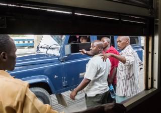 Een lid van het zeer mediaschuwe Chinese Railway Expert Team (CRET) inspecteert de trein op het station van Dar es Salaam. Foto: Sean van der Steen