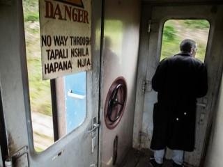 De achterkant van de trein is van de rokers. Ze worden gezelschap gehouden door de conducteur, die met vlaggen seint naar de machinist, een paar honderd meter verderop. Foto: Sean van der Steen