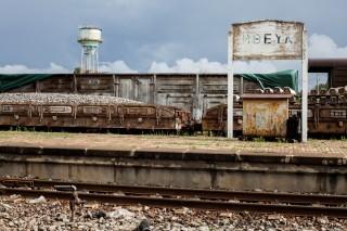 Bouwmateriaal op het station van Mbeya. De container op de achtergrond bevat kunstmest voor de Zambiaanse markt. Foto: Sean van der Steen