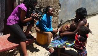 De journalisten van het Zambiaanse jeugdjournaal interviewen een tienermoeder van 13, in de sloppenwijken van Lusaka. Foto: Maite Vermeulen