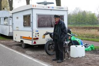 Enkele wagens afkomstig van 'Landje. Ook hier moeten ze snel vertrekken. Foto: Lege Fles