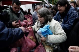 Gratis voedsel wordt uitgedeeld aan de armsten in Griekenland. Foto: Konstantinos Tsakalidis/Hollandse Hoogte
