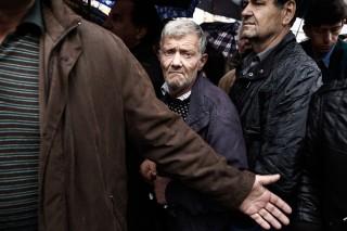 Griekse mannen wachten in de rij voor gratis voedsel. Foto: Konstantinos Tsakalidis/Hollandse Hoogte