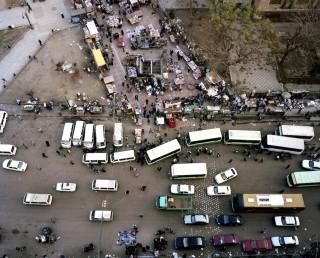 Bovenaanzicht van verkeer en een markt, nabij de Al-Fath Moskee. Dit is de plek waar honderden moslimbroeders verzamelden voor hun 'March of Anger' naar aanleiding van het bloedvergieten in het begin van augustus 2013. Foto: Mark Nozeman