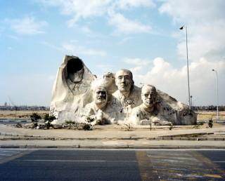 Nationaal monument in de stad Zes Oktober, een satellietstad van Caïro. Van links naar rechts: de uitgehakte facade van voormalig president Hosni Mubarak, Ahmed Zewail, Anwar Sadat en Naquib Mahfouz. Foto: Mark Nozeman