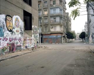 Muren vol graffiti. Daarachter zijn de straten nog altijd afgesloten door wegblokkades. Foto: Mark Nozeman
