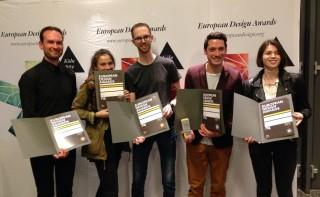 De collega's van Momkai tonen trots de vijf European Design Awards. V.l.n.r.: Sebastian Kersten (hoofdontwikkelaar), Cynthia Mergel (stagiair), Martijn van Dam (ontwerper), Harald Dunnink (hoofdontwerper), Shannon Lea (stagiair)
