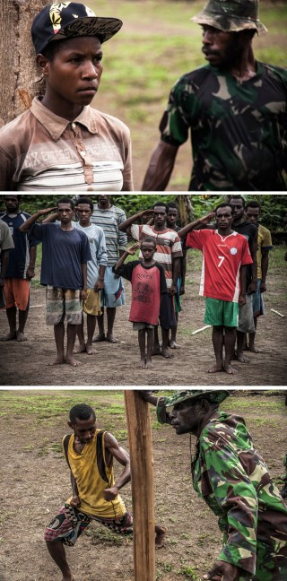 Vanuit het kamp trekken vanaf een uur of zes in de morgen jongens en meisjes naar het hobbelige rugbyveldje aan het uiteinde van het dorp. Daar vinden vier keer per jaar militaire trainingen plaats. Foto's: Andreas Stahl
