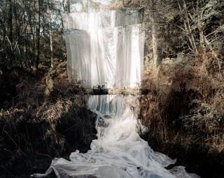 'Cascade' (2009) uit de fotoserie 'Les Armants' van Noémie Goudal. Foto: Courtesy Noémie Goudal