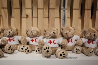 Merchandise in de museumwinkel van het ICRC. Foto: Pieter van den Boogert