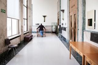 De gangen van het Palais des Nations in Genève. Achter de deuren zitten vergaderzalen. Foto: Pieter van den Boogert