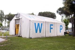 In de tuin van het WFP in Rome staat een opslagtent, die dienst doet als koffiebar. Foto: Pieter van den Boogert