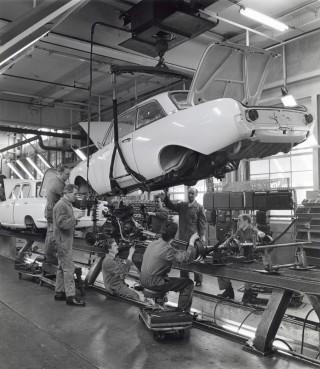 De autofabriek van Ford in Amsterdam waar zeven monteurs tegelijk aan de lopende band werken, 1963. Foto: Hollandse Hoogte