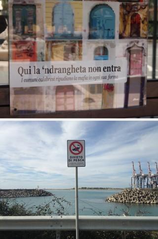 Boven: Optimistische poster bij de ingang van de gemeente 'Bij ons komt de 'Ndrangheta niet binnen.' Onder: Visverbod haven Goia Tauro. Foto's: Sanne de Boer