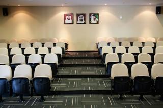 Auditorium in de IHC. Aan de muur de portretten van de leiders van de Emiraten. Foto: Pieter van den Boogert