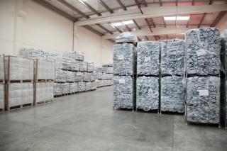 Zeilen in de opslag van de IFRC in Dubai. Foto: Pieter van den Boogert