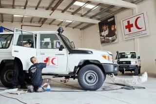 Auto's worden klaargemaakt voor het veld, in de garage van de IFRC in Dubai. Foto: Pieter van den Boogert