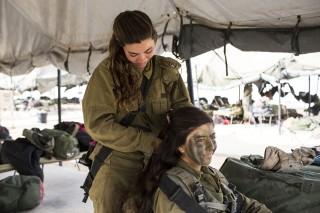 Israëlische soldaten van het Karakal-bataljon, voorafgaand aan hun afstudeermars nabij Azoz (Israël). Foto: Ilia Yefimovich/Getty Images