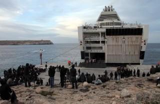 Maart 2011: Noord-Afrikaandse migranten wachten op het Italiaanse eiland Lampedusa tot ze aan boord kunnen van een schip dat hen naar het vasteland van Italië zal brengen. Foto: Michele Naccari/ANP