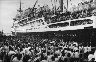 Juli 1955: Massa's Chinese studenten migreren naar Red China om daar hoger onderwijs te kunnen volgen. Foto: Howard Sochurek/Getty Images