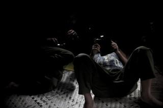 Twee KIA-soldaten kijken in het donker een film op hun iPad. Foto: Andreas Stahl