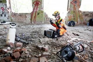Een lid van het Finse team zoekt naar overlevenden in het ingestorte winkelcentrum. Foto: Pieter van den Boogert