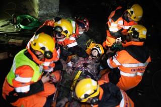 Een slachtoffer wordt in het winkelcentrum onder een betonblok vandaag getrokken. Foto: Pieter van den Boogert