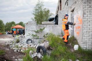 De Finnen sluiten het pand af door een logo op de muur te spuiten voor andere teams. Foto: Pieter van den Boogert