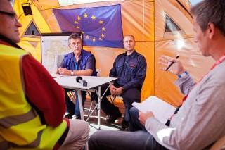 De persconferentie met de EU-teamleider en het hoofd van de Modexland Rescue Board. Foto: Pieter van den Boogert