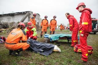 Een lijk wordt geborgen door het Litouwse reddingsteam. Foto: Pieter van den Boogert