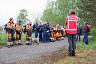 De Finnen wachten na de evacuatie. Foto: Pieter van den Boogert